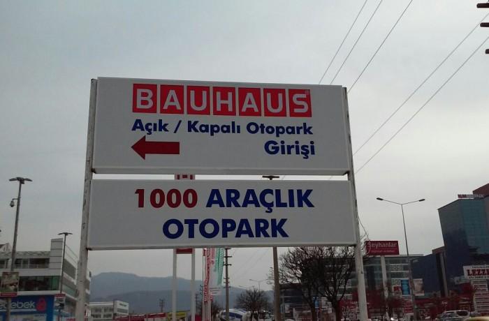 Bauhaus Otopark tabelası